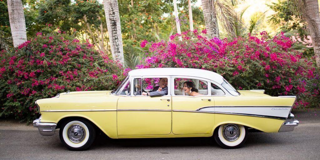 Ambar y Miguel llegan enun carro antiguo a Hacienda Munoz